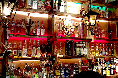 常時100種類以上のテキーラをご用意! 飲み比べも、お気に入りの一品探しも。